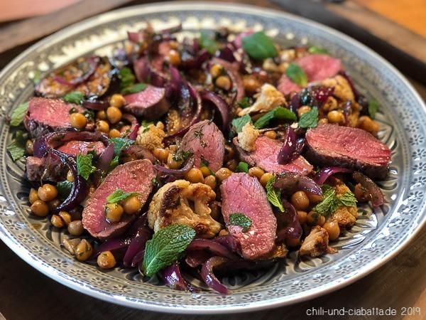 Auberginen-Blumenkohl-Salat mit Lammrücken und Granatapfel-Harissa-Dressing