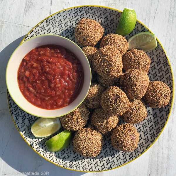 indonesische Fleischbällchen mit feuriger Saucemit