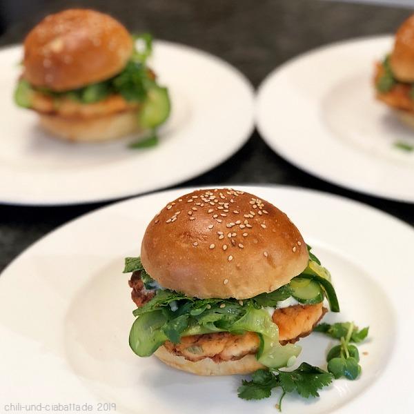 Lachsburger mit gepickelten Gurken