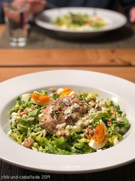 Romanasalat mit Ei und gebratener Hähnchenbrust