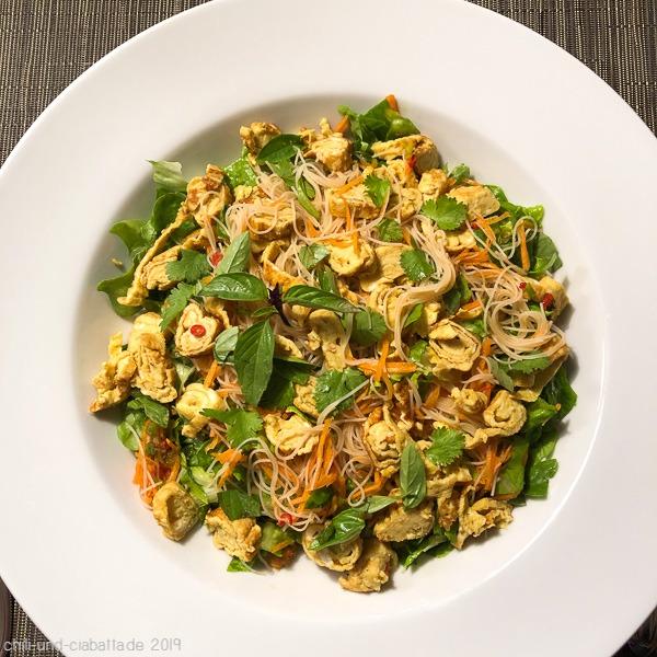 Vegetarischer Reisnudelsalat mit Eierstreifen