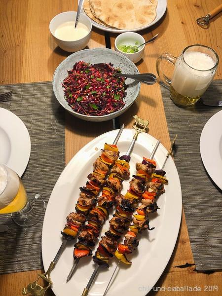Hähnchen-Kebab mit rotem Kohl-Salat