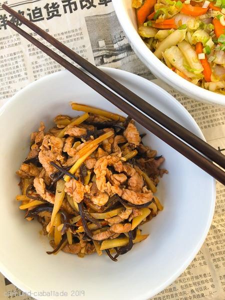 scharfes Schwein mit Bambussprossen und Pilzen