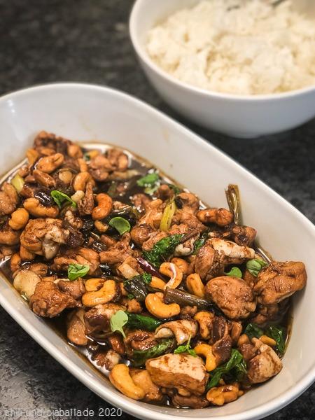 Asia-Hähnchenpfanne mit Cashews und Datteln