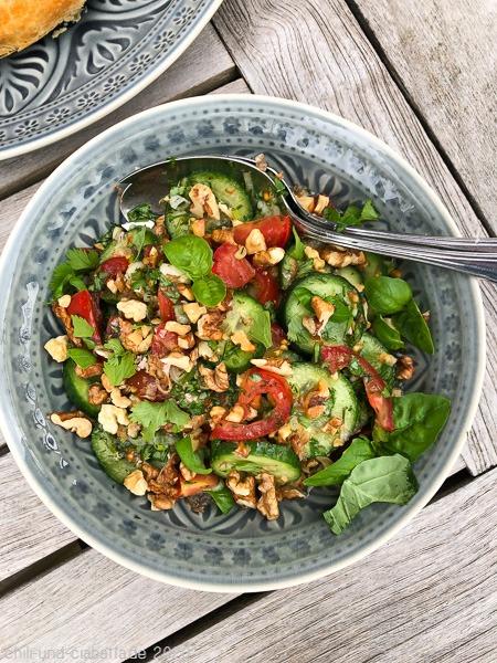 Nussiger Tomaten-Gurken-Salat