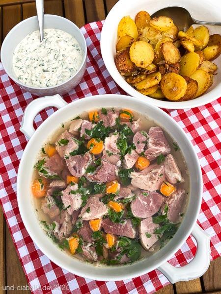 Eisbein-sauerfleisch mit Bratkartoffeln und Remouladensauce