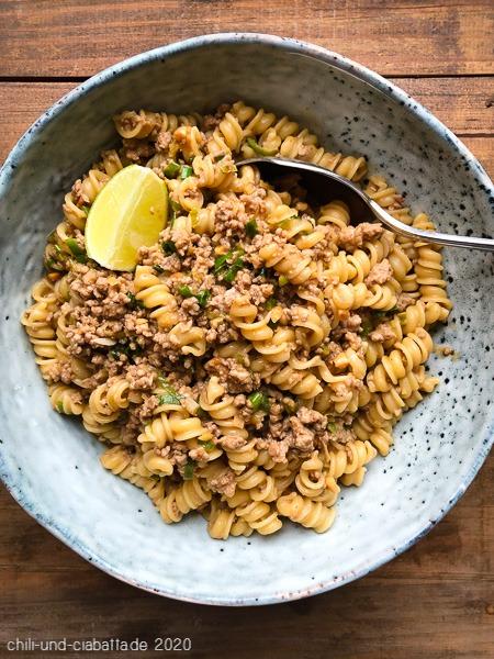 Asia-Pasta mit Schweinehack und würziger Erdnusssauce