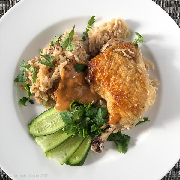 Ingwerhähnchen und Reis aus dem Schmortopf mit Erdnusssauce