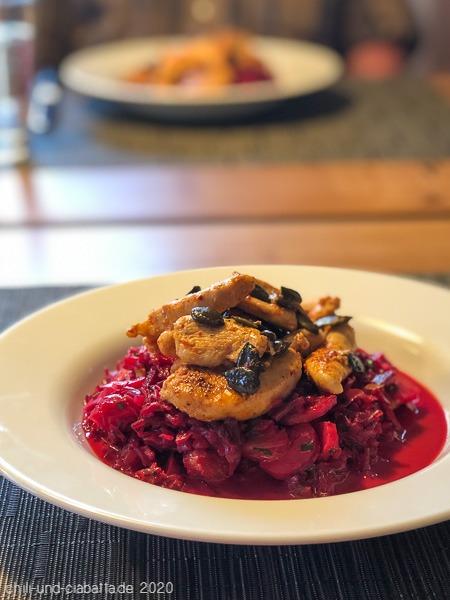 Rosa Krautsalat mit Hähnchenbrust