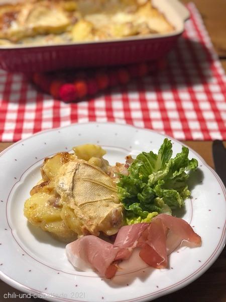 Tartiflette mit Salat und Schinken