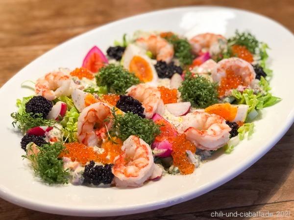 Eiersalat mit gepickelten Eiern, pochierten Shrimps, Kaviar und Radieschen
