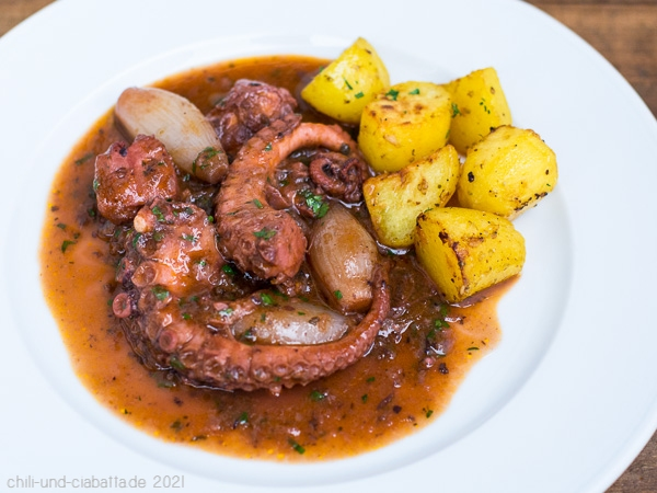Octopus-Stifado mit Röstkartoffeln