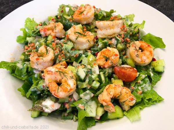 Salat mit Snackgurken, Garnelen und süßlich-scharfem Joghurtdressing