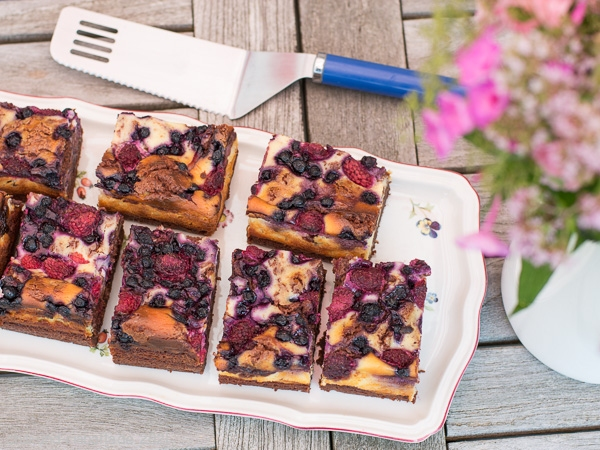 Schoko-Brownie-Cheesecake mit Sommerbeeren