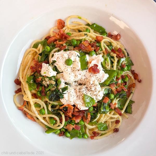 Spaghetti mit knusprigem Speck, Erbsen und Burrata
