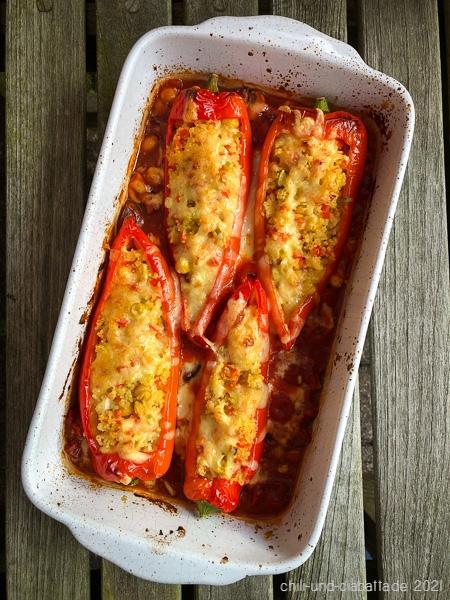 Spitzpaprika mit Couscous-Füllung in pikanter Tomatensauce