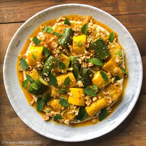 Marinierte Zucchini auf Ricotta mit Haselnüssen und Minze